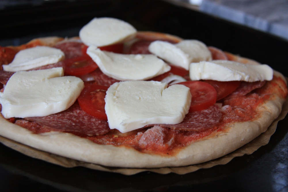 Der Mann wählt lieber der Deutschen liebste Pizza - Salami