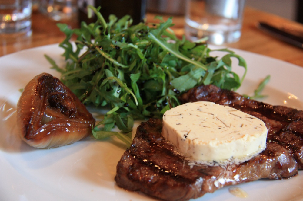 'FIFTEEN'S FABULOUS RIB EYE' with spicy rocket and roasted sweet onion 23,95 Euro (und Trüffel-Butter für 2,50 Euro)