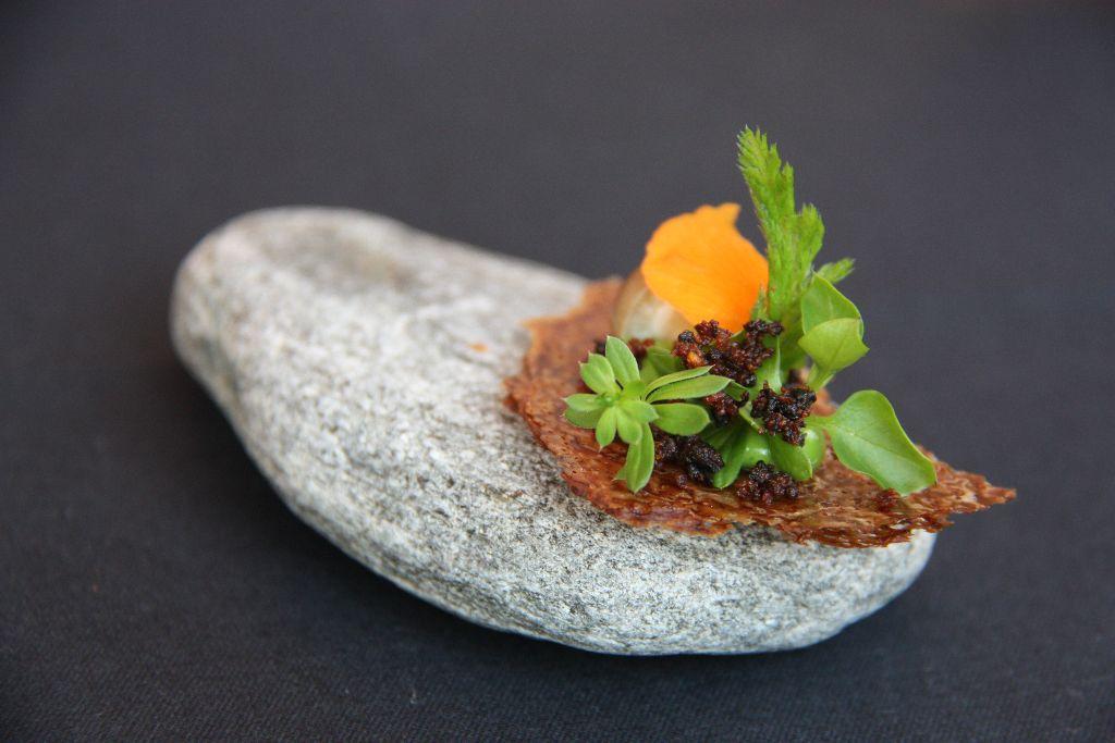Pumpernickel - Kräuter - Pilze (auf einem Maggiastein serviert)