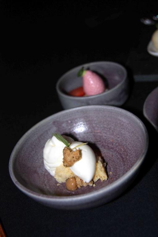 Joghurt – Zitrone – Haselnussöl; im Hintergrund: Erdbeer – Hafer – Limone
