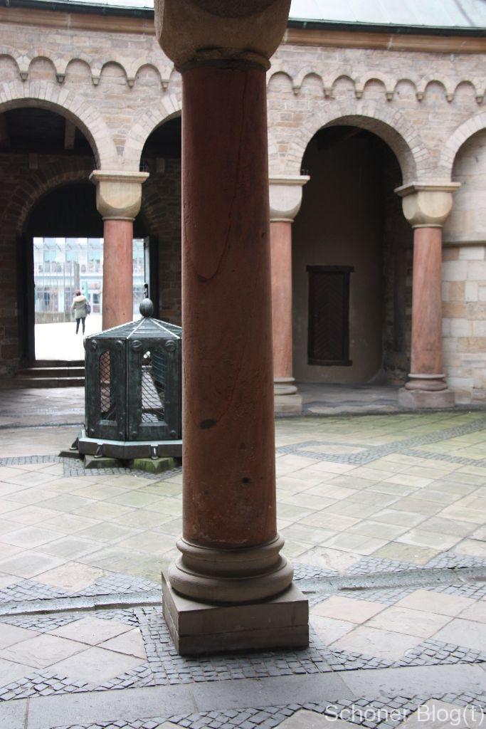 Säulengang mit Lichtauge - darunter befindet sich die Adveniat-Krypta, die Grablege der Essener Bischöfe