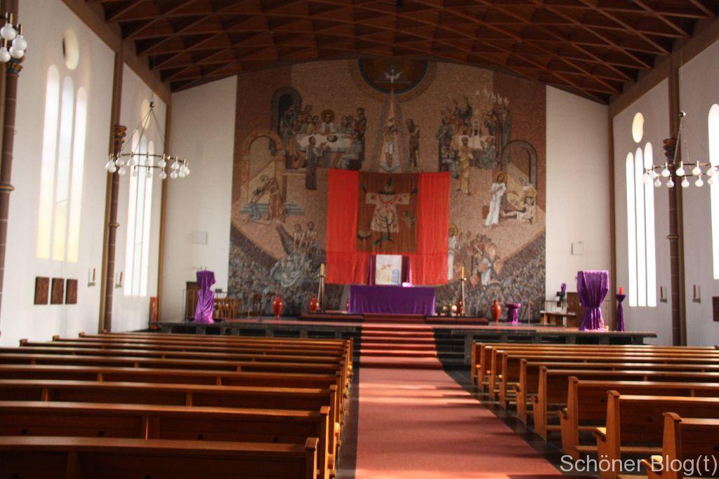 Altarmosaik (teilweise mit Fastentuch verhangen)