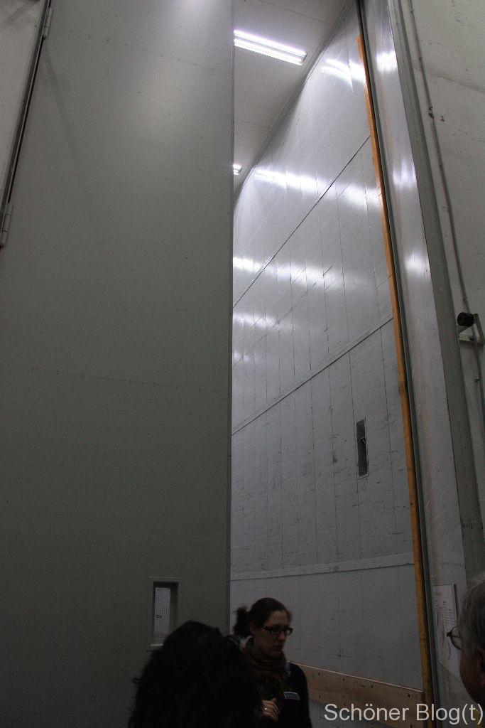 Kleiner Aufzug, in den auch eine vierspännige Kutsche passt oder in dem sich ein Damenchor umziehen kann